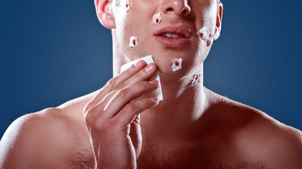 استفاده از دستمال کاغذی برای جلوگیری از خونریزی